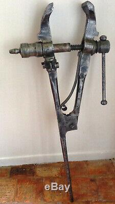 Ancien étau de forgeron en fer forgé poli XIXème estampillé HP