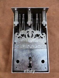 Ancienne serrure chef d'oeuvre de maîtrise en fer forgé 17e siècle. Haute Epoque