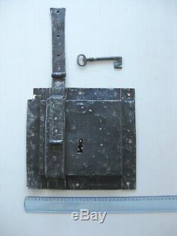 Ancienne serrure de grande taille à loquet. Big Gothic lock in wrought iron