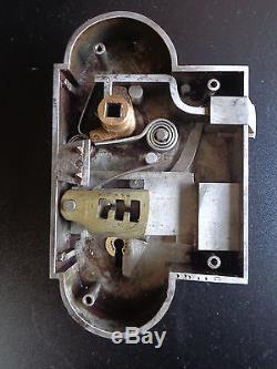 Ancienne serrure de porte avec sa gache, fer et laiton