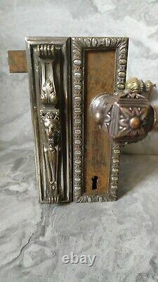 Ancienne serrure en laiton argenté, tête de lion chimère et magnifique poignet