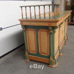 Comptoir de magasin galerie ajouré en sapin massif belle patine. XX siècle