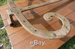 Deux grandes pentures en fer forgé pour une même porte de grange