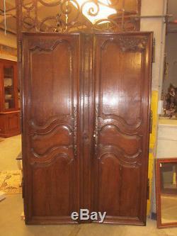 Deux portes d'armoire en chêne mouluré 18eme