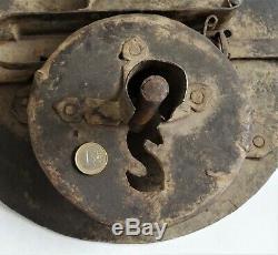 Énorme serrure et sa clé en fer forgé 35 cm de diamètre