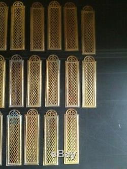 Ensemble lot de 22 plaques de propreté de porte anciennes en laiton doré ajouré