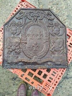 Exceptionnel plaque de cheminée d'époque avant XVIII e