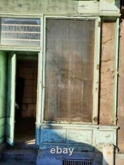 Façade de vieille pharmacie en chêne patiné et verres anciens