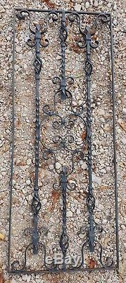 Grande grille de porte ancienne en fer forgé