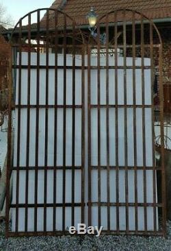 Grilles de fenêtres de château en fer forgé