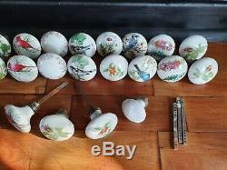 Lot de 21 anciens boutons de porte, poignées en porcelaine de Paris fleurs etc
