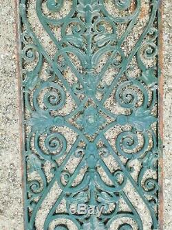 Paire de grilles en fonte sculpté milieu XIXème haut 115 larg 44 prof 1.2 cm