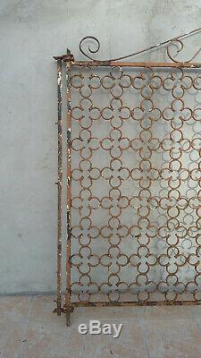 Portail ancien en fer forgé