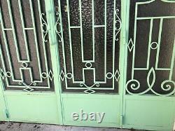Porte dentrée double vantaux en fer forgé avec fronton vitré