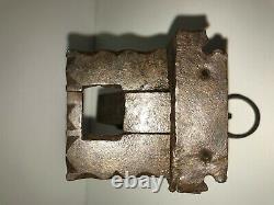 Serrure ancienne en fer forgé gravée avec sa clé d'origine