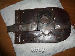 Serrure ancienne, sans sa clé. Rivetée. Elle proviendrait d'une villa romaine