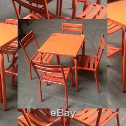 Table de bistrot avec quatre chaises en metal patine orange. XX siècle