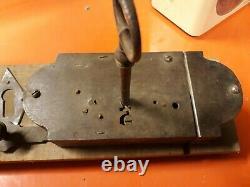 Très belle serrure de porte de style LV 18/19 ème complète en fer avec sa clef