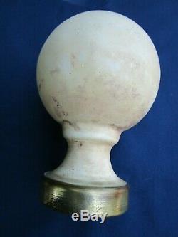 Très grosse boule rampe pilastre escalier fonte émaillée crème ancienne D. 12 cm