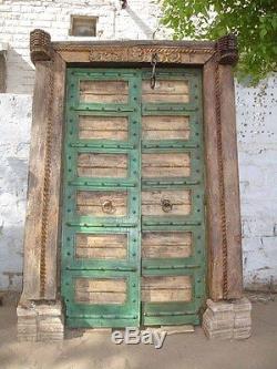Très représentatif est cette porte d'entrée lourde